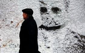 برف روی بیلبوردی تبلیغاتی در کیف اوکراین