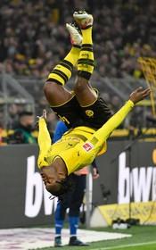 میکی باتشایی بازیکن دورتموند در بازی با هامبورگ گل زده و شادی می کند