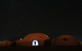 یک عضو برنامه سفر به مریخ در محلی که این سفر باز سازی شده دراسترالیا استاده است