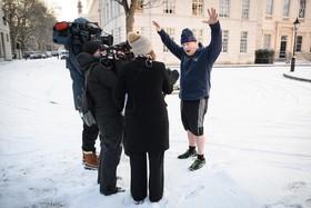 بوریس جانسون وزیرخارجه انگلیس با خبرنگاران گفت و گو می کند پس از یک ورزش صبگاهی