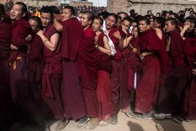 بودائیان تبتی در صف ورود به معبد برای مراسم مذهبی در تبت چین