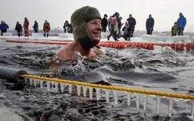 مسابقه شنا در یخ در روسیه