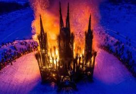 ساختمانی شبیه یک کلیسا که توسط هنرمند روس نیکلای پولیسکی از چوب و علف ساخته شده می سوزد