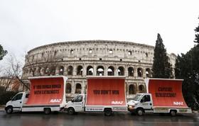 سه بیلبرد علیه برلوسکونی در رم ایتالیا