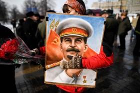 حامیان حزب کمونیست در مسکو روسیه در تظاهرات یادبود جوزف استالین در میدان سرخ مسکو استالین ها میلیون ها نفر دیکتاتور میدانند