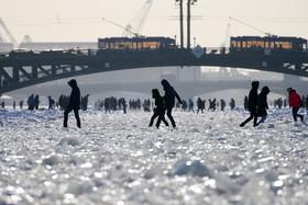 عبور عموم مردم در سنتپترزبورگ از روی رودخانه نوا که یخزده