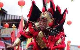 شرکت کننده در جشنواره ای در چین