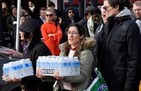 توزیع آب میان خانواده هایی که در اثر سرما و توفان آب شرب ندارند