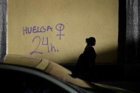 زنی از کنار شعاری که برای اعتصاب سراسری زنان برای بیست وچهار ساعت نوشته شده در بیلبائو اسپانیا می گذرد