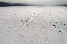 مسابقه کایت اسکی روی یخ با کایت در روسیه