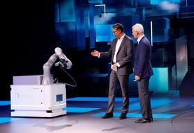 عکس هایی از نمایشگاه خودرو ژنو:میدرعامل شرکت کوکا و ماتیاس مولر مدیر عامل فولکس ربات شارژ خودکار برق خودروها را نمایش می دهند