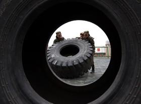 سربازان زن چینی در حال تمرین نظامی در برنامه ویژه روز جهانی زن