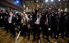 اعضای اتحادیه کارگری در ژاپن در جلسه ای برای افزایش حقوق