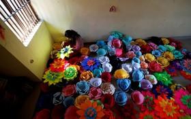 زندانی در زندان زنان در دهلی هند تعداد زیادی گل برای روز جهانی زند ساخته است