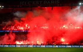 طرفداران تیم فوتبال پاری سن ژرمن در هنگام بازی با تیم رئال مادرید در استادیوم پارک دو پرنس در پاریس