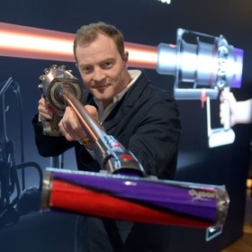 یک مخترع در نمایشگاهی یک جاروبرقی جدید را معرفی می کند