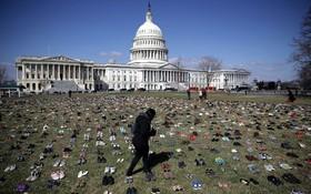 جنبش ضد سلاح در آمریکا و کفش هایی که  به عنوان نماد هفت هزار جفت است نمادی از کودکان و نوجوانان کشته شده با سلاح در آمریکا در کنار کاخ سفید