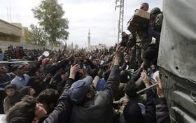 آوارگان سوری در تلاش برای دریافت مواد غذایی