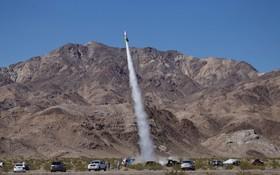 مایک دیوانه یک آمریکایی مشهور که با هزینه شخصی و کمک برخی افراد با موشک به فضا می رود تا ثابت کند که زمین گرد نیست برای و پس از فرود زخمی شد