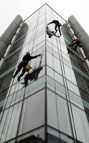 پاکسازی شیشه های برجی در لندن به روش راپل