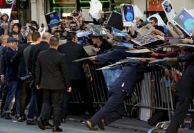 استیون اسپیلبرگ در میان حامیانش در یک مراسم در لوس انجلس آمریکا در مراسم رونمایی از فیلم جدیدش