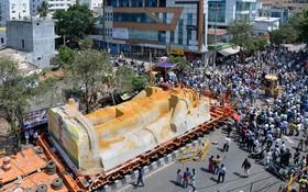 انتقال یک مجسمه سنگی 750 تنی به یک معبد در هند