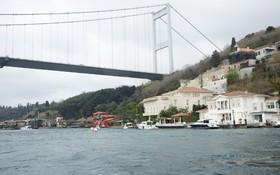 برخورد یک کشتی باری به خانه ای تاریخی در ساحل بسفور در استانبول در حادثه ای عجیب