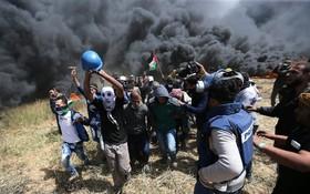 تظاهرات فلسطینیان در غزه و انتقال پیکر خبرنگار فلسطینی یاسرمرتجا که با شلیک اشغالگران در این کشته شد