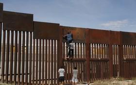 عبور غیرقانونی از مرز فلزی بین مکزیک و آمریکا