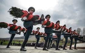 گارد احترام قرقیزستان در مراسم یادبود کشته شدگان در اعتراضات سال 2010 این کشور