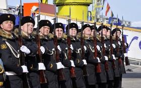 مراسم برافراشتن پرچم در مراسم اعزام کشتی یخشکن روسی به قطب شمال