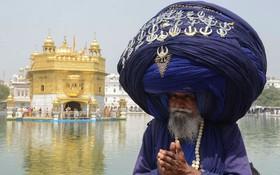 یک سیک نیهانگ با عمامه ای بزرگ با نشان های فراوان در معبد طلایی مهمترین معبد مقدس سیک ها در امریتسر هند در سالگرد تولد 397 ی روحانی سیک ها