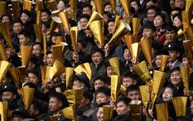 مسابقات دو ماراتن در کره شمالی و بالا گرفتن کاغذ های طلایی تماشاچیان در مراسم پیونگ یانگ
