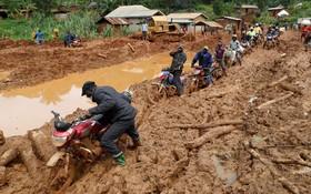 موتورسواران در میان گل و لای در شرق جمهوری دمکراتیک کنگو