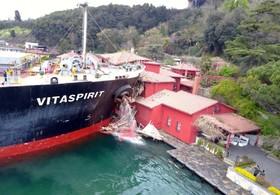برخورد یک کشتی باری به یک ساختمان ساحلی در تنگه بسفور استانبول که زخمی نداشته است