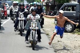 جوکو ویدودو رئیس جمهوری اندونزی در سفری به ساحل راتو در کشورش با موتور سیکلت