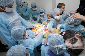 کودکان در جشن سالگرد تاسیس یک مرکز درمانی حیوانات در انگلیس