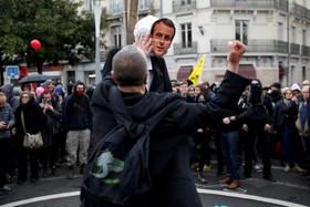 تظاهرات کارکنانراه آهن در فرانسه و حمله یک تظاهر کننده به مجسمه ماکرون