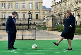 بازی فوتبال خوان مانوئل سانتوس ریس جمهوری کلمبیا با خانم ارنا سولبرگ نخست وزیر نروژ در کاخ ریاست جمهوری کلمبیا