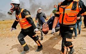 انتقال یک زخمی تضاهرات فلسطینی ها در غزه