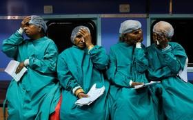 جراحی آب مروارید در بیمارستانی در هند که در قطار ساخته شده و بیماران را درمان می کند