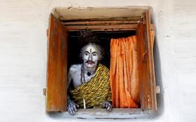 یک شرکت کننده در مراسم مذهبی هندوها در هند که خودرا به شکل خدای هندو شیوا ساخته است