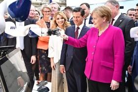 آنگلا مرکل در کنار رئیس جمهوری مکزیک در نمایشگاه هانور فرانکفورت