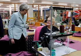 بازدید ترزای می نخست وزیرانگلیس از یک تولیدی لباس در جریان تبلیغات انتخاباتی