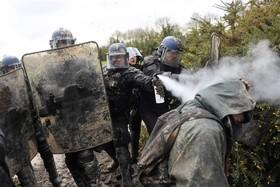 درگیری تظاهرکنندگان علیه توسعه یک فرودگاه در فرانسه با پلیس ضد شورش