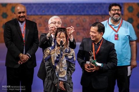 اصلاح حجاب مهمان خارجی جشنواره روی سن!+عکس
