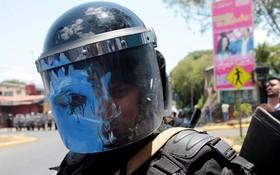 پاشیدن رنگ به پلیس در ماناگوا مرکز نیکاراگوئه در تظاهرات مخالفان