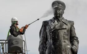 شستشوی مجسمه مارشال گریگوری زوکوف از فرماندهان ارتش روسیه در جنگ جهانی دوم  در سنت پترزبورگ