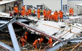 ریزش ساختمان در حال ساخت در چین و تلاش امداد گران