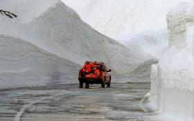 کارکنان نگهداری جاده ها در سوئیس در حال کار